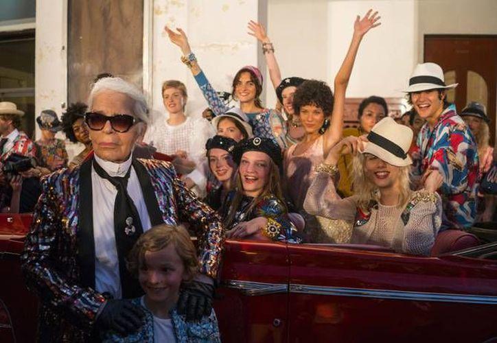 Karl Lagerfeld, el famoso diseñador de Chanel durante un paseo en La Habana. (AP)