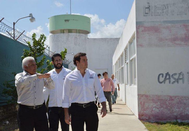 El presidente de la Codhey, José Enrique Goff Ailloud, durante la inspección al Cereso meridano, como parte de un operativo anual para revisar las condiciones de personas que están en cárceles, hospitales o centros de salud. (SIPSE)