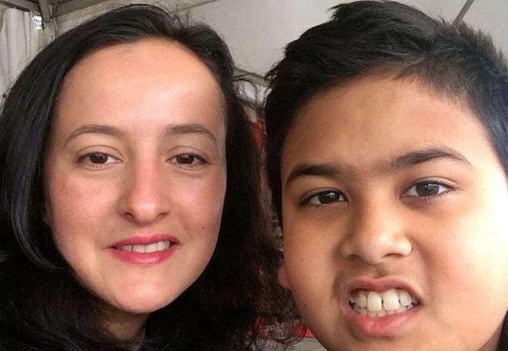 Miguel Panduwinata aparece en esta foto con su madre Samira Calehr, de quien se despidió 'para siempre' antes de aboradar el avion derribado en Urcania. (AP)