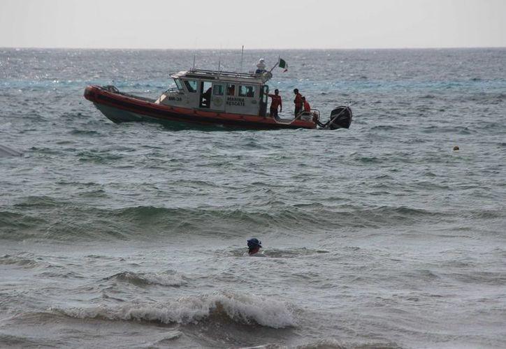 Una embarcación con turistas se hundió ayer en las aguas de Cozumel. (Gustavo Villegas/SIPSE)