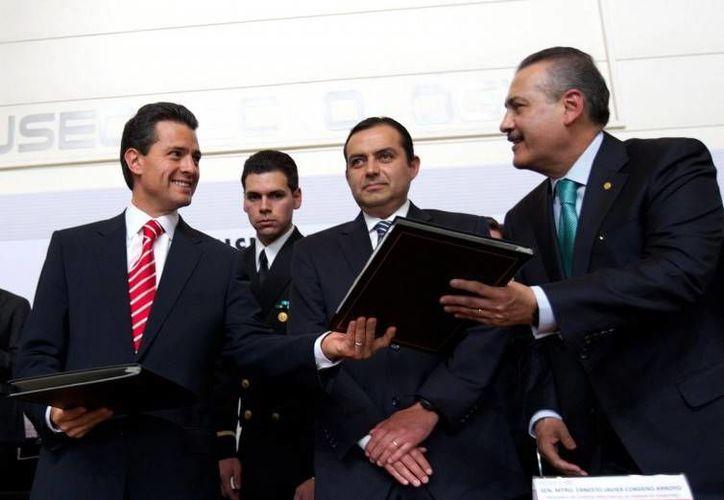 El presidente Peña Nieto, acompañado del presidente del Senado, Ernesto Cordero, y Manlio Fabio Beltrones, líder de los diputados del PRI. (presidencia.gob.mx)