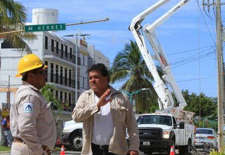 Antes de concluir el 2015, la CFE en el sur del estado comenzó apoyar a la Sintra en avenida De los Héroes. (Ángel Castilla/SIPSE)