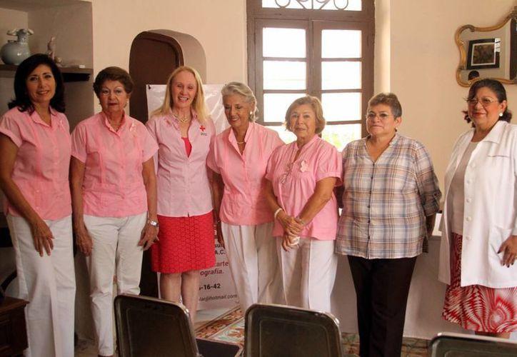 Integrantes del Patronato Peninsular Contra el Cáncer A.C. durante la conferencia de prensa por campaña anual contra el cáncer. (Milenio Novedades)