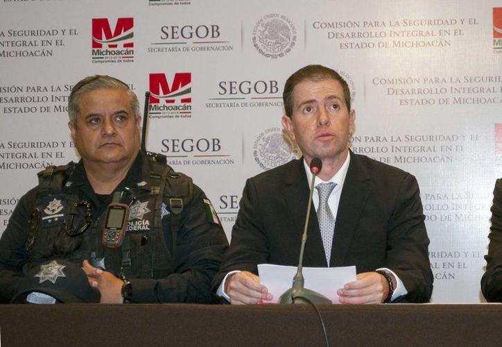 Según Alfredo Castillo (d), el proceso de desarme que concluye el 10 de mayo está vigente. (Notimex)