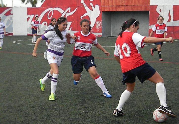 En el fútbol rápido femenil La Salle derrotó 4-3 a la Escuela San José, mientras que la Universidad del Sur se impuso 14-0 a la Unid. (Ángel Mazariego/SIPSE)