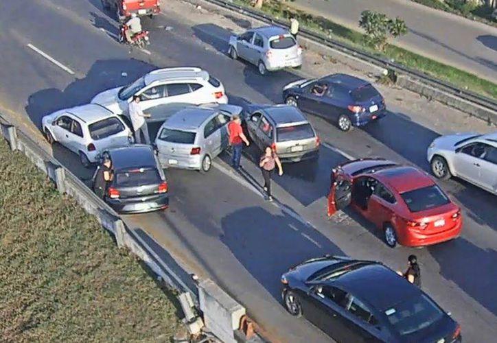 Sobre el puente a Santa Gertrudis Copó, a la altura del kilómetro 27, 10 vehículos colisionaron en carambola. (Foto tomada de la SSP)