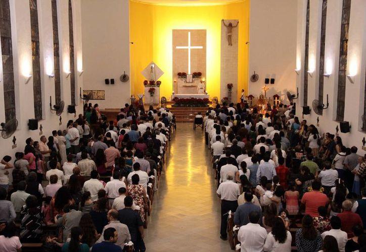La iglesia de Fátima lució repleta en la misa de ayer por el 60 aniversario de la parroquia. Acudieron parejas que se han casado en el lugar desde 1956. (Jorge Acosta/SIPSE)