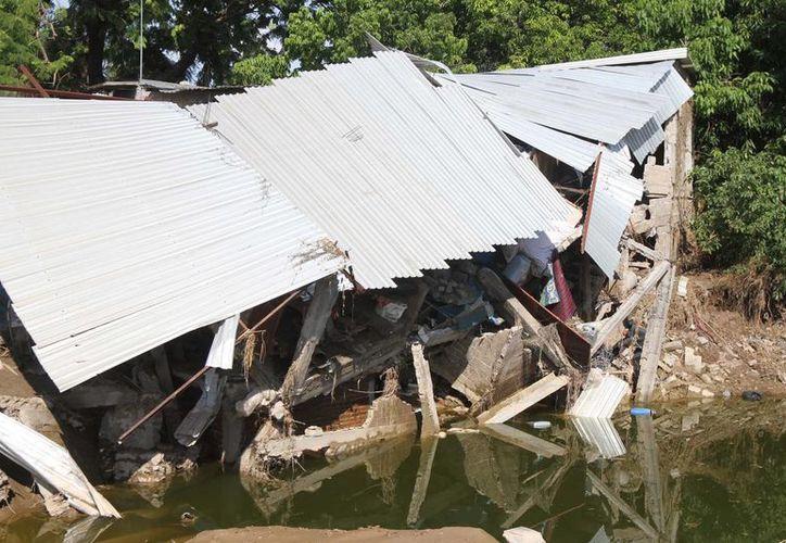 Aunque 'Manuel' ya haya desaparecido, las lluvias continúan afectando seriamente Guerrero. (Notimex)