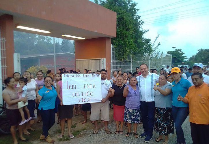 Familias enteras esperaron a José Esquivel para mostrarle su apoyo. (Redacción/SIPSE)