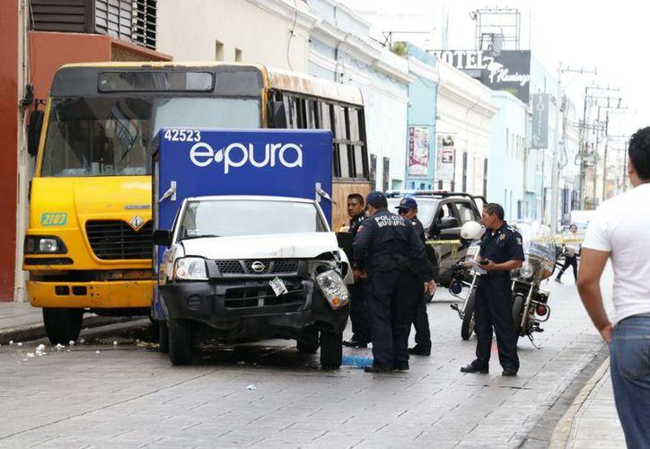 El accidente involucra a un camión del transporte público y una camioneta repartidora de agua. (Fotos: José Acosta y Óscar Chan/Milenio Novedades)