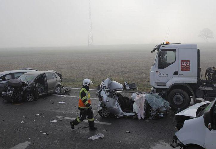 Las imágenes iniciales del choque muestran varios vehículos aplastados y algunos volcados. (Agencias)