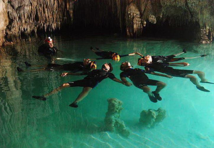 En el periodo anterior a la Colonia, las pocas mujeres que lograban sobrevivir tras haber sido arrojadas hacia los cenotes mayas a manera de sacrificio hacia los dioses comenzaban a gritar para que las ayudasen a salir, y les arrojaban una soga para sacarlas. En la foto, un cenote en Quintana Roo. (Notimex)
