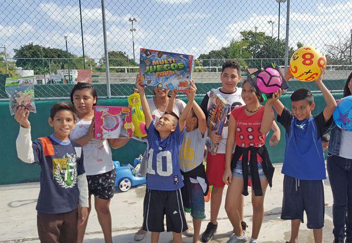 Los pequeños recibieron juguetes como balones, muñecos de superhéroes y barbies. (Foto: Jesús Tijerina)