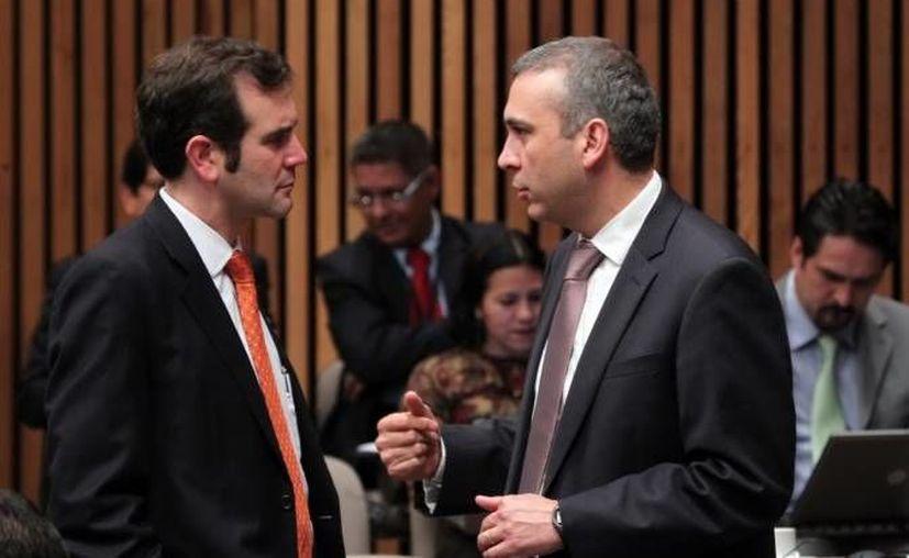 El consejero electoral del IFE  Lorenzo Córdova Vianello (i), con su predecesor en el puesto, Benito Nacif. (Notimex)