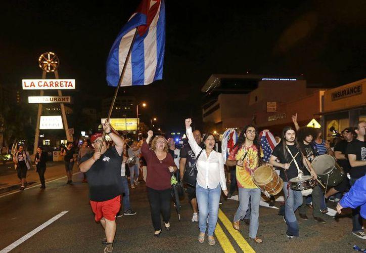 Media hora después de que el gobierno de Cuba anunciara oficialmente el deceso del expresidente Fidel Castro, la Pequeña Habana de Miami se llenó de vida. (AP/Alan Díaz)