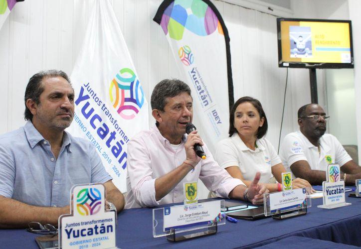 El titular del Idey, Carlos Sáenz (micrófono), explicó parte de la reestructuración. (Foto: Novedades Yucatán)