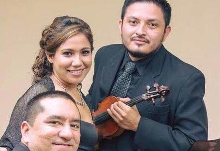 Los músicos Juan Carlos Pérez, Mónica García y Cristopher Vásquez, se presentarán esta noche en la iglesia de Santa Ana.  (Milenio Novedades)