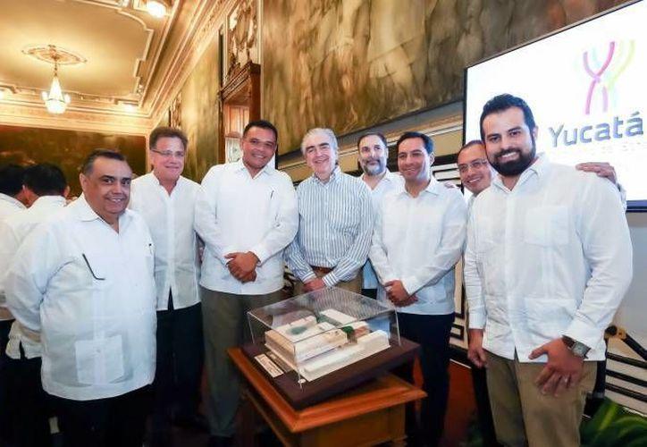 Los trabajos para construir el Palacio de la Música van mejor de lo planeado. En la foto, el gobernador Rolando Zapata con funcionarios durante la presentación de la maqueta, el 14 de diciembre pasado. (SIPSE)