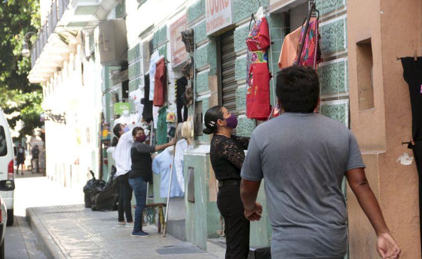 Cada vez más personas acuden a los comercios del centro de la ciudad. (Novedades Yucatán)
