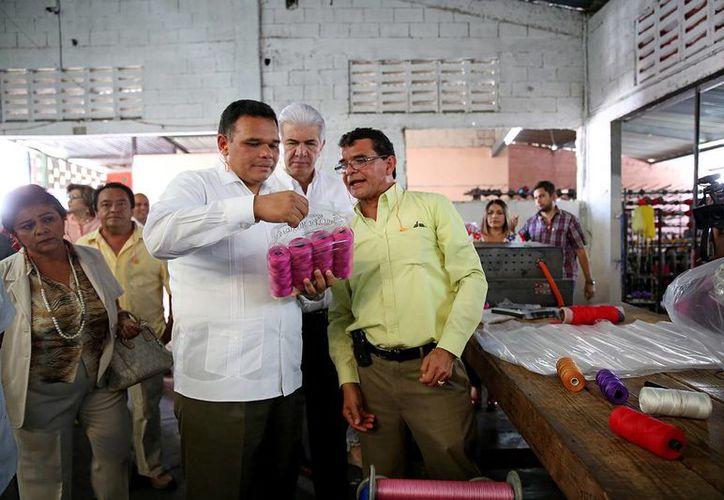 Entre sus actividades del martes, el gobernador Rolando Zapata Bello inauguró la bodega de hilos y hamacas de la Maquiladora Artesanal Yucateca. (SIPSE)