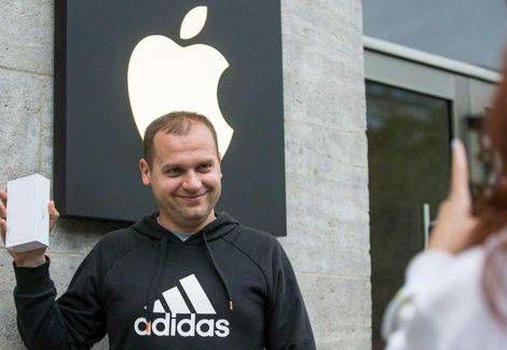 Un hombre posa con su nuevo iPhone 6 afuera de una tienda de Apple en Berlín. (Archivo/Reuters)
