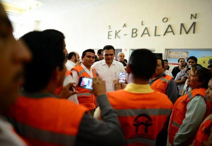 El gobernador de Yucatán, Rolando Zapata Bello, se reunió con brigadistas de Protección Civil. (Luis Pérez/SIPSE)