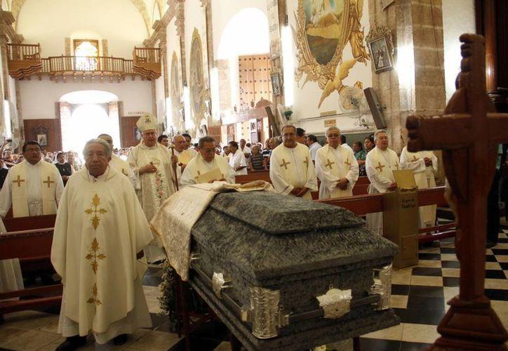 Misa de cuerpo presente del padre Jaime Guzmán Guzmán, vicario parroquial de la iglesia de San Cristóbal en Mérida. (Juan Albornoz/SIPSE)