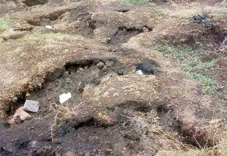 El Ejército y Protección Civil mantienen acordonada la zona en donde se formó la grieta ardiente, en la que murieron dos chivas calcinadas. (Excelsior)