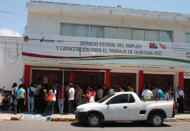 Más de un centenar de personas, aguardaban la apertura de las oficinas gubernamentales para aplicar por una vacante. (Harold Alcocer/SIPSE)