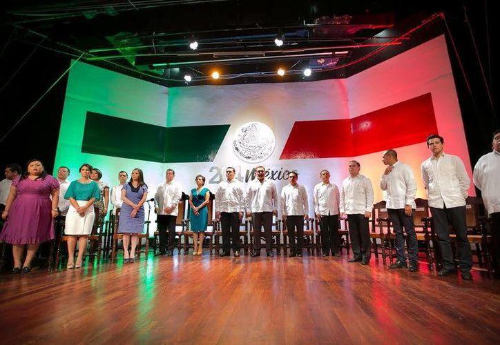 En representación del gobernador Rolando Zapata, el secretario general de Gobierno, Víctor Caballero Durán, acudió anoche a la Sesión Solemne del Cabildo de Mérida en el marco del aniversario de la Independencia de México. (Milenio Novedades)