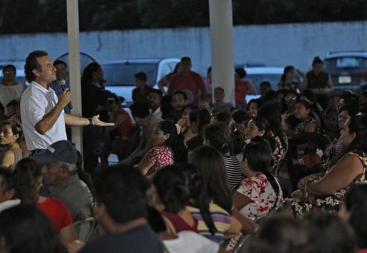 Pedro Joaquín ha caminado varias colonias de la isla y la población le ha solicitado su apoyo para ponerle un alto a la situación de inseguridad. (Redacción/SIPSE)