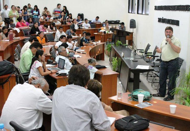 El profesor-investigador Alexander Wolfgang Voss, en una de sus conferencias. (Ernesto Neveu/SIPSE)