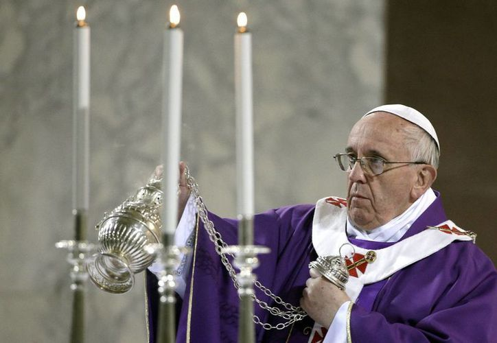 El papa Francisco ofició la misa del Miércoles de Ceniza en la iglesia de Santa Sabina en Roma, Italia. (EFE)