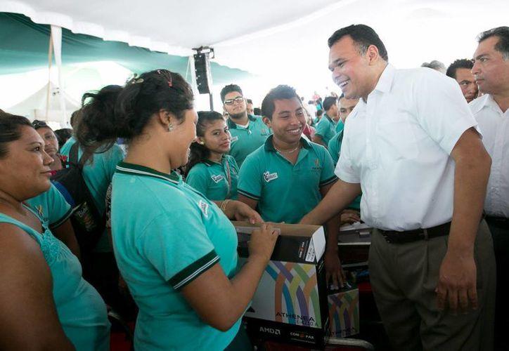 El gobernador Rolando Zapata Bello encabezó la entrega de apoyos del programa 'Bienestar Digital' en el municipio de Tecoh. (Cortesía)