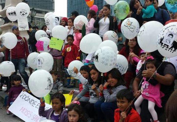 Periodistas, académicos y padres de familia acompañaron a niños a soltar por globos por Ayotzinapa. (Juan Gabriel Ortega/Milenio)