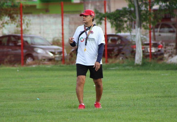"""Actualmente y desde hace 21 años, Narciso """"Chicho"""" Morales trabaja en la Coordinación Deportiva del Instituto Tecnológico de Cancún. (Ángel Mazariego/SIPSE)"""