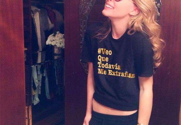 En Instagram, la cantante subió la imagen en la que aparece con la camisa negra que tiene la frase #VeoQueTodavíaMeExtrañas. (belindapop/Instagram)