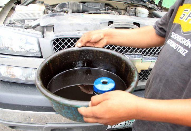 Entre los materiales que dañan la ecología y que son utilizados por esos comercios se encuentra el aceite lubricante gastado. (Milenio Novedades)