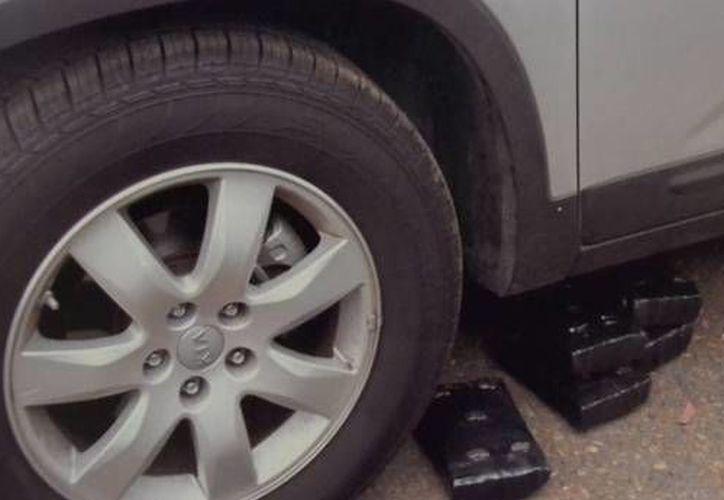 Imagen de un automóvil al que le fueron pegados con imanes paquetes de mariguana en la parte baja de la carrocería. (linderonorte.wordpress.com)