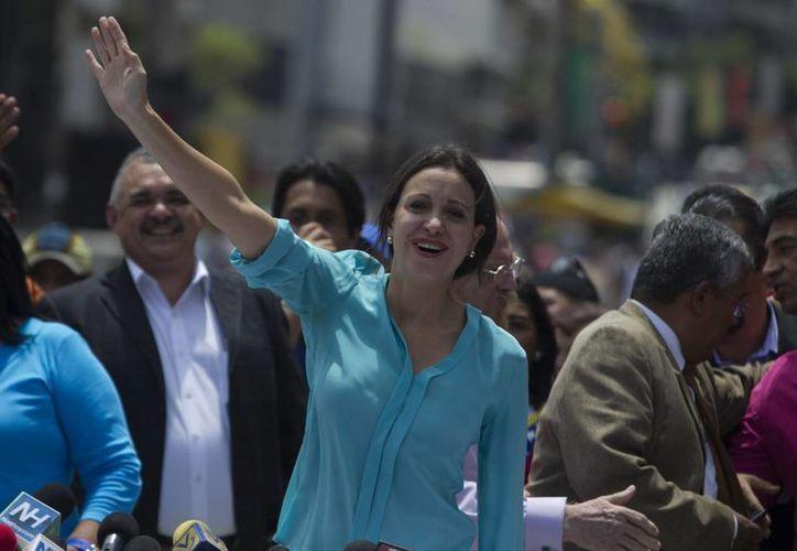 La líder opositora Maria Corina Machado saluda a sus seguidores, el pasado viernes 11 de abril de 2014, en la Plaza Brion de Chacaito, en Caracas, Venezuela. (Archivo/EFE)