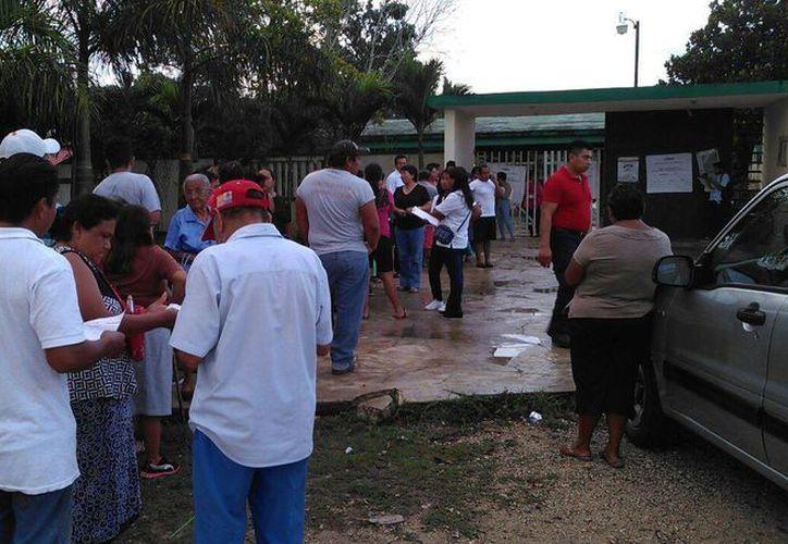 Ciudadanos hacen fila desde muy temprano. (Pedro Olive/SIPSE)