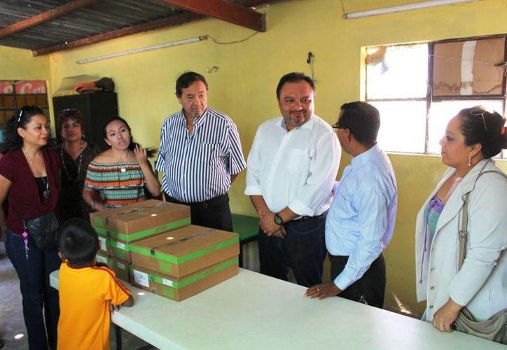 Rápida gestión de computadoras hecha por el diputado federal Francisco Torres Rivas para niños del sur de Mérida con deseos de superación. (Fotos cortesía)