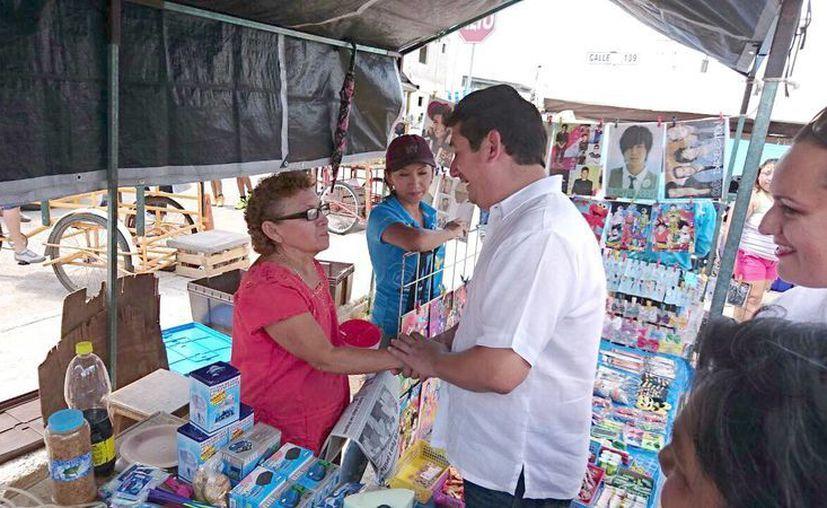 El regidor José Francisco Rivero visita los tianguis para conocer los problemas de los mismos. (Milenio Novedades)