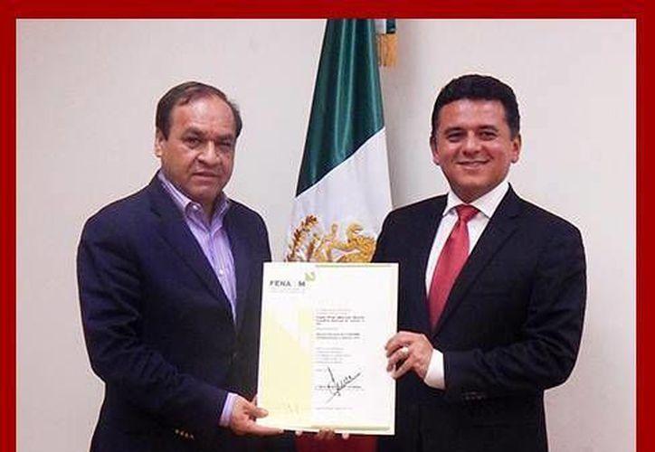 El reciente nombramiento fue otorgado por el secretario general de la Fenamm, Sergio Arredondo Olvera (izquierda). (Irving Canul/SIPSE)