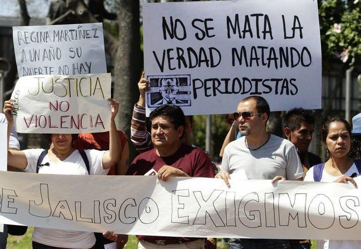 Un grupo de periodistas realizan una protesta como parte de una jornada nacional contra los ataques a comunicadores, en Guadalajara. (Archivo/EFE)