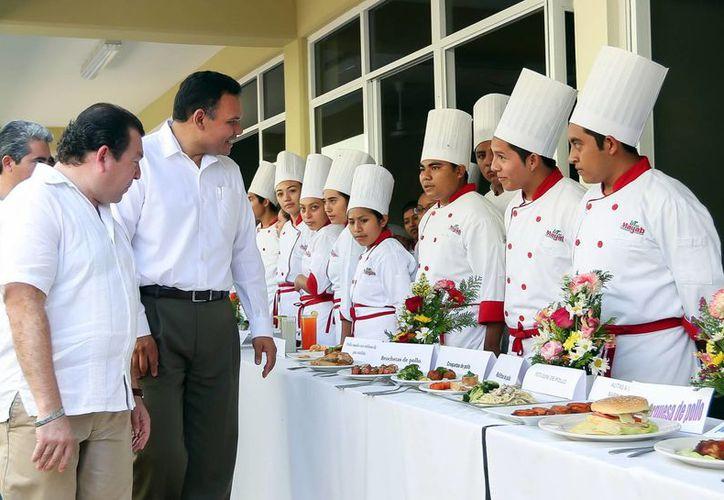 El Gobernador en la nueva universidad donde se imparte la carrera de Gastronomía. (Milenio Novedades)