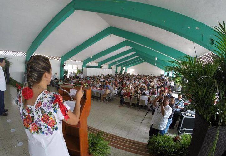 Jéssica Saidén Quiroz, candidata a la alcaldía de Progreso, dirige un mensajes a jubilados y pensionados. (SIPSE)