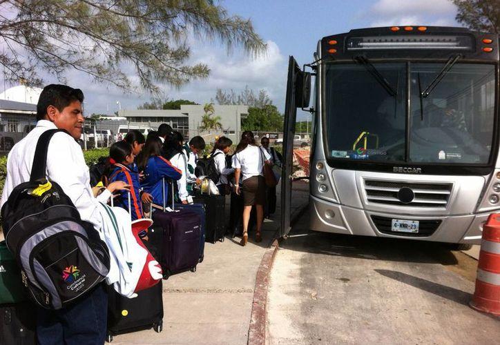 Un total de 16 estudiantes de sexto grado de primaria llegaron ayer a Chetumal. (Gerardo Amaro/SIPSE)