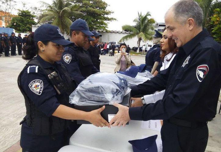 Los policías recibieron su nuevo uniforme y su equipo por parte de la SESP. (Redacción/SIPSE)