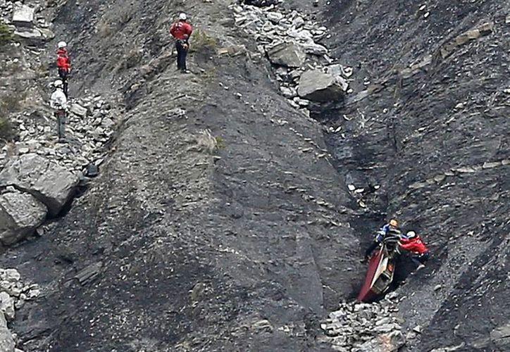 Cuerpos de rescate intentar recuperar restos del avión de Germanwings que se estrelló en los Alpes franceses. (AP)